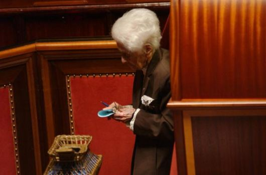 Rita Levi Montalcini al voto in Senato