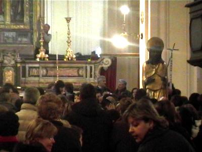 Statua di San Giovanni Battista al restauro