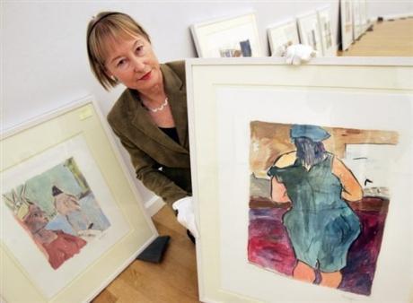 Ingrid Mossinger con alcuni dipinti di Bob Dylan